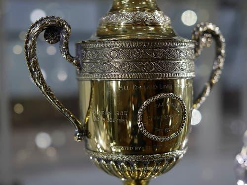 Erinnerungen an grosse Erfolge: Viele Pokale aus Boris Beckers illustrer Tenniskarriere - wie die Trophäe vom Wimbledonsieg 1986 - wurden in London zwangsversteigert (Bild: KEYSTONE/AP/MATT DUNHAM)