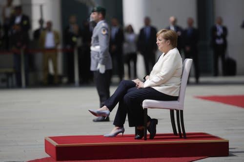 Bundeskanzlerin Angela Merkel beim Hören der Nationalhymne. (AP Photo/Markus Schreiber)