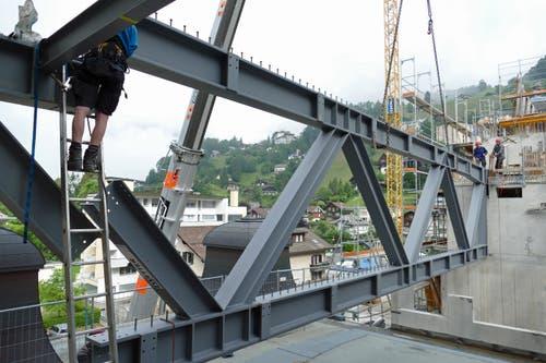 Bild vom Bauablauf: Ein Stahlträger für die Überbrückung des Kursaals wird eingefügt. (Bild: PD)