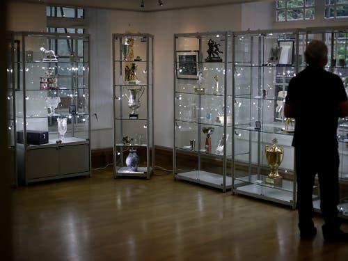 In der Londoner Knapp Gallery gab es eine grosse Auswahl von Pokalen aus Beckers Karriere zu ersteigern (Bild: KEYSTONE/AP/MATT DUNHAM)