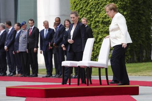 Dabei setzten sich beide Staatsfrauen auf weissen Stühle. (AP Photo/Markus Schreiber)