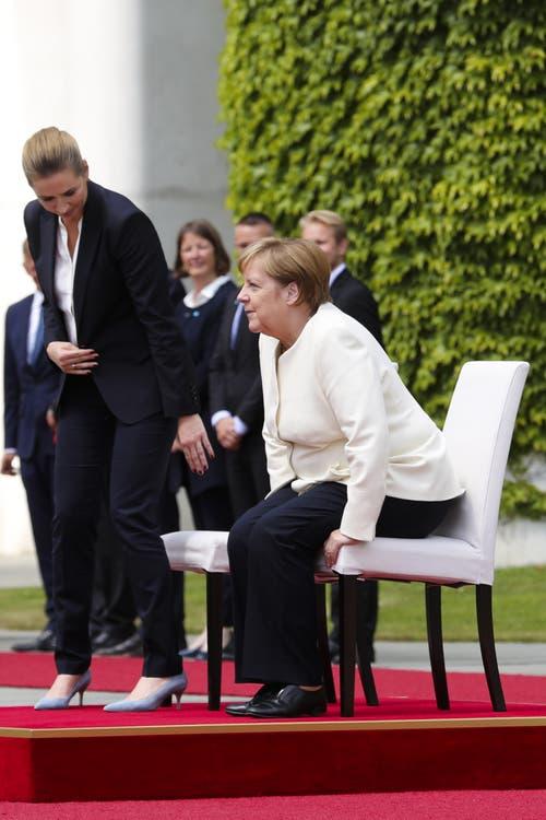 Dabei setzten sich beide Staatsfrauen auf weissen Stühlen. (AP Photo/Markus Schreiber)