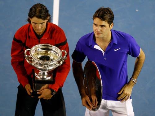 2009: Final Australian Open: Nadal s. Federer 7:5, 3:6, 7:6 (7:3), 2:6, 6:2«Oh, Gott, das bringt mich um», versagt Federer nach der Niederlage bei der Siegerehrung die Stimme. Nadal legt ihm den Arm um die Schulter. Er hatte zwei Tage zuvor im Halbfinal gegen Landsmann Fernando Verdasco fünf Sätze, fünf Stunden und 53 Minuten benötigt. Nadal gewinnt als erster Spanier überhaupt in Melbourne.