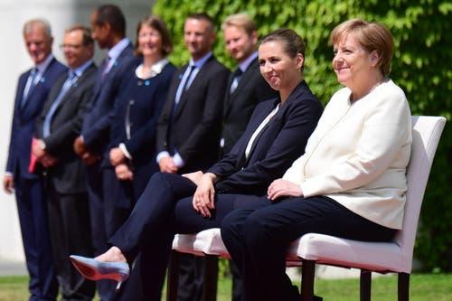 Die beiden Regierungscheffinnen während dem Hören der Nationalhymnen. (AP Photo/Markus Schreiber)