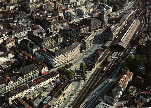 Das Bahnhofquartier in den frühen 1960er-Jahren. Noch steht der alte Bahnhof dort, wo sich heute das Rathaus befindet. Und auf dem Kornhausplatz steht die ehemalige Hauptpost, die bis 1977 als Rathaus diente. Und an der St.-Leonhard-Strasse stehen bereits zwei der Gebäude des Neumarkts, der 1963 als erstes Einkaufszentrum der Stadt eröffnet wurde.