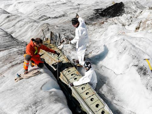 Die Fliessbewegung des Gletschers und das Abschmelzen des Eises haben die Flugzeugteile zu Tage gefördert. (Bild: KEYSTONE/PETER KLAUNZER)
