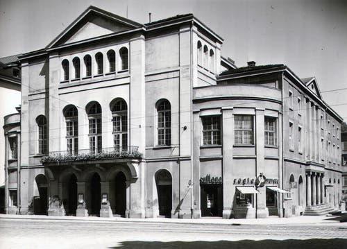 Das Stadttheater am Bohl. Es wurde 1855 bis 1857 nach Plänen von Johann Christoph Kunkler erbaut. Das Bild stammt aus dem Jahr 1949. Heute steht an dieser Stelle der Markt am Bohl mit dem McDonald's im Erdgeschoss. (Bilder: Stadtarchiv der Politischen Gemeinde St.Gallen/Stadtarchiv der Ortsbürgergemeinde St.Gallen)