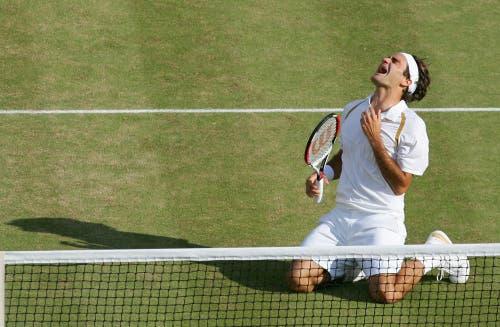 2007: Federer s. Nadal 7:6 (9:7), 4:6, 7:6 (7:3), 2:6, 6:2Erneut geht Roger Federer mit der Hypothek eines kurz zuvor verlorenen French-Open-Finals ins Duell mit Erzrivale Nadal. Und erstmals muss er auch in Wimbledon ernsthaft um seine Vormachtsstellung bangen. Doch nach einem Fünfsatz-Sieg wird er zum zweiten Spieler neben dem Schweden Björn Borg, der in Wimbledon fünf Mal in Folge gewinnt. Ehrfürchtig sagt er nach dem Sieg: «Rafa wird immer besser. Ich nehme jeden Titel, den ich bekomme.» Im Publikum sitzen neben Borg John McEnroe, Jimmy Connors und Boris Becker. «Daran werde ich mich immer erinnern», sagt Federer.