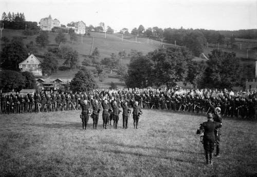 Generalmobilmachung am Anfang des ersten Weltkriegs: Auf dem Grossacker werden Truppen vereidigt. Auf dem Hügel ist das Tivoli zu erkennen.