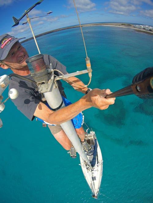 In einer Ankerbucht an der Südspitze von Fuertaventura reinigt Christian Perret das Positionslicht seiner Segeljacht Tringa vom feinen Wüstenstaub, der überall eine feine Schicht bildet. Gleichzeitig kontrolliert er das ganze Rigg, damit er auch bei harten Bedingungen ruhig schlafen kann. (Bild: PD/Christian Perret)