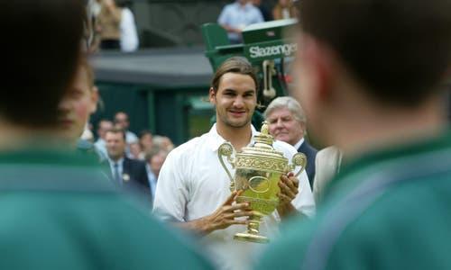2003: Federer s. Philippoussis 7:6 (7:5), 6:2, 7:6 (7:3)Auf dem Weg in den Final gibt Roger Federer nur einen Satz ab. Im Halbfinal setzt er sich klar gegen Favorit Andy Roddick durch. Schwierige Momente erlebt der Schweizer vor den Achtelfinals gegen Feliciano Lopez, als er sich wegen eines Hexenschusses behandeln lassen muss. «Für mich ist es ein Wunder, dass ich mit diesen Schmerzen gewinnen konnte.» Gegen den ungesetzten Philippoussis gewinnt Federer klar. Er sinkt in die Knie, es fliessen Tränen. «Magisch, kaum zu fassen», sagt Federer.