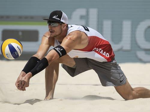 Adrian Heidrich erkämpft sich gegen die Brasilianer Saymon/Guto im Achtelfinal einen Ball (Bild: KEYSTONE/PETER SCHNEIDER)