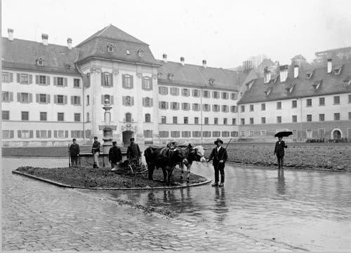 Der Klosterplatz als Kartoffelacker. Das Bild entstand 1918, im letzten Jahr des ersten Weltkriegs. Im Hintergrund das kantonale Regierungsgebäude.