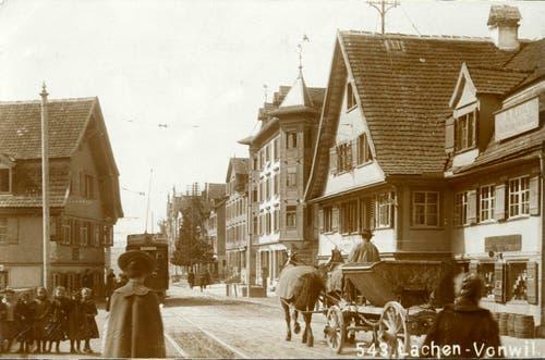 Das Quartierzentrum der Lachen zwischen 1910 und 1920 mit Blick stadtauswärts. Rechts ist das 1951 abgebrochene Restaurant Schönbrunn zu erkennen. Hier steht heute das Wohn-/Geschäftshaus, in dem bis diesen Frühling die Migros Lachen untergebracht war.