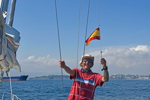 Ansteuern von Santander nach der Überquerung der Biscaya. Christian Perret wechselt die Gästeflagge. (Bild: PD/Christian Perret)