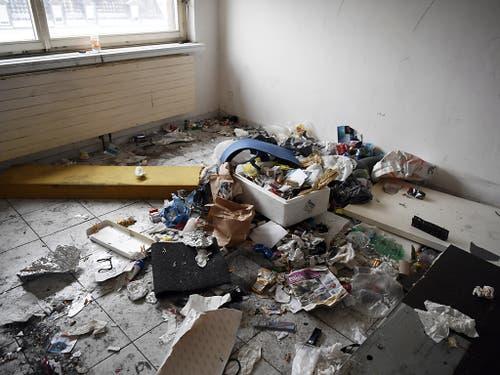 Das gleiche Haus bei der Räumung im Jahr 2017: Für ein solches Zimmer zahlten die Süchtigen 1100 Franken pro Monat. (Bild: KEYSTONE/WALTER BIERI)