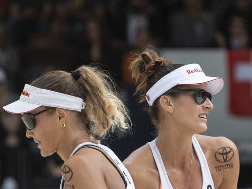 Anouk Vergé-Dépré (links) und Joana Heidrich sind in Gstaad in den Sechzehntelfinals ausgeschieden (Bild: KEYSTONE/PETER SCHNEIDER)