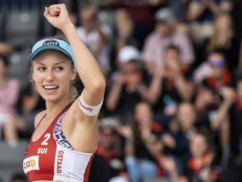 Nina Betschart streckt die Faust in den Himmel: Sieg und Viertelfinal-Qualifikation in Gstaad (Bild: KEYSTONE/PETER SCHNEIDER)