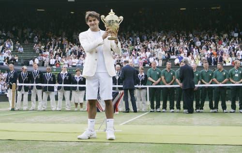 Wimbledon 2006: Federer s. Nadal 6:0, 7:6 (7:5), 6:7 (2:7), 6:3Federer steht im Zenit seines Schaffens. Er gewinnt zum dritten Mal in Folge mehr als zehn Turniere in einem Jahr und weist Ende Jahr eine 92:5-Siegbilanz auf. Auf dem Weg zum vierten Wimbledon-Titel gibt er nur im Final gegen seinen Erzrivalen Rafael Nadal einen Satz ab, gegen den er in diesem Jahr zuvor alle Duelle verloren hatte, unter anderem einen Monat zuvor im Final der French Open, dem ersten zwischen den beiden auf Grand-Slam-Stufe. «Es war schrecklich eng», sagt Federer nach dem vierten Triumph in Folge. Federer: «Das war das beste Grand-Slam-Turnier meiner Karriere.»