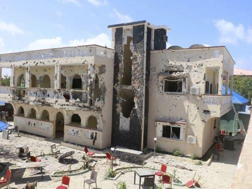 Das Asasey Hotel in Kismayo nach dem Anschlag, bei dem über zwei Dutzend Menschen ums Leben kamen. (Bild: Keystone/AP)