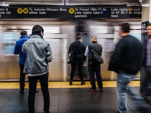 Vom Stromausfall in New York betroffen waren auch mehrere U-Bahnstationen. (Bild: KEYSTONE/EPA/ALBA VIGARAY)