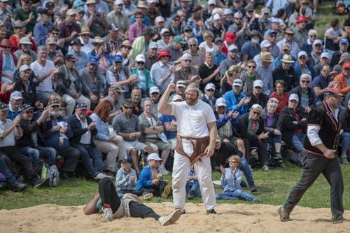 Benji von Ah, Mitte, feiert seinen Sieg gegen Joel Strebel im 6. Gang. (Bild: Urs Flüeler/Keystone, Rigi, 14. Juni 2019)