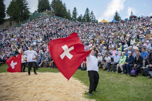 Fahnenschwinger bei ihren traditionellen Alpaufzug. (Bild: Urs Flüeler/Keystone, Rigi, 14. Juni 2019)