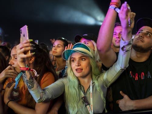 Hören, filmen, «influencen»: Fans während des Auftritts der amerikanischen Rapperin Cardi B am Openair Frauenfeld. (Bild: KEYSTONE/ENNIO LEANZA)