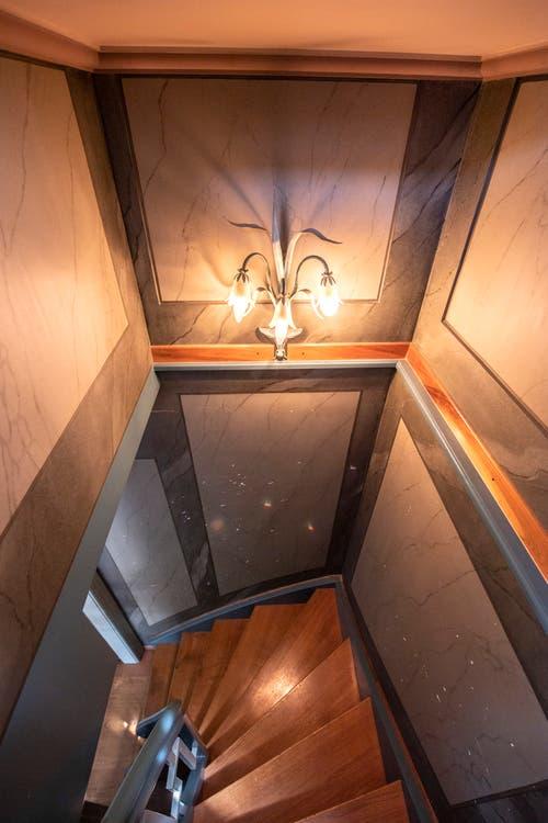Über diese Treppe geht es ins Turmzimmer hinauf. (Bild: Urs Bucher)