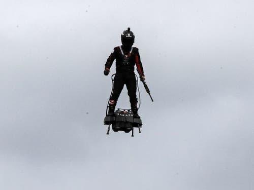 Der französische Jetski-Rennfahrer Franky Zapata flog mit seinem Flyboard Air über die Champs Elysées. (Bild: Keystone/AP/MICHEL EULER)