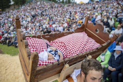 Die Älplerfamilie Rickenbach bei ihren traditionellen Alpaufzug. (Bild: Urs Flüeler/Keystone, Rigi, 14. Juni 2019)