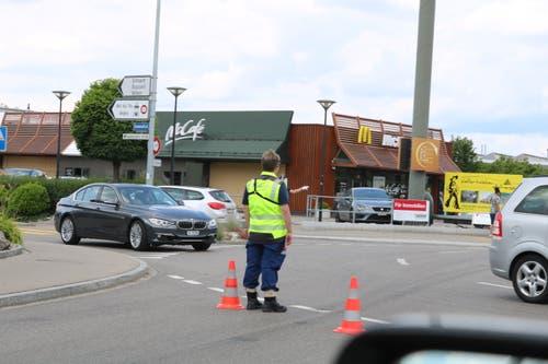 Mehrere «Gelbwesten» regelten am Samstagnachmittag umsichtig in und um Rickenbach den Verkehr, so dass die befürchteten (Rück-)Staus auf den regionalen Strassen weitestgehend ausblieben.