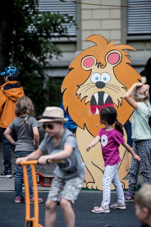 Dieser Löwe wird von den Kindern bestaunt. (Bild: Nadia Schärli, Luzern, 15. Juli 2019)
