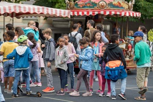 Hier hat sich eine lange Schlange gebildet. Worauf die Kinder wohl warten? (Bild: Nadia Schärli, Luzern, 15. Juli 2019)