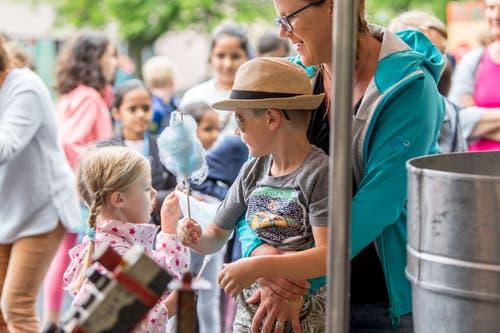 Unter Kindern wird auch geteilt. (Bild: Nadia Schärli, Luzern, 15. Juli 2019)