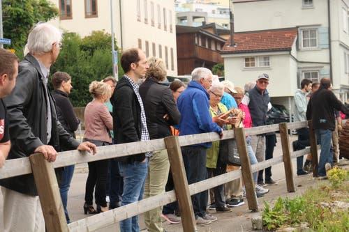 Rund 30 Personen wollen eine Scheibe Mammutbaum ergattern. Bild: yal