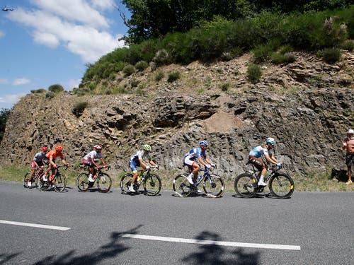 Die 10. Etappe wurde zuerst geprägt von einer sechsköpfigen Spitzengruppe, der mit Michael Schär (Zweiter von links) auch ein Schweizer angehörte (Bild: KEYSTONE/AP/CHRISTOPHE ENA)