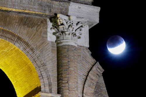 Die partielle Mondfinsternis aufgenommen beim Kolosseum in Rom. (Bild: Andrew Medichini)