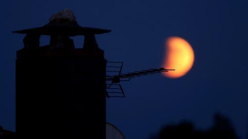 Die partielle Mondfinsternis aufgenommen in Puebla de Sanabria, Spanien. (Bild: SXENICK)