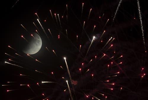 Die partielle Mondfinsternis aufgenommen mit Feuerwerk am Brezel-Festival in Speyer, Deutschland. (Bild: Ronald Wittek)