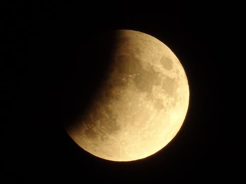 Leserbild. Auf dem Bild von Yolanda Nater ist gut zu sehen, dass als erstes der obere Teil des Mondes in den Kernschatten der Erde eintauchte.