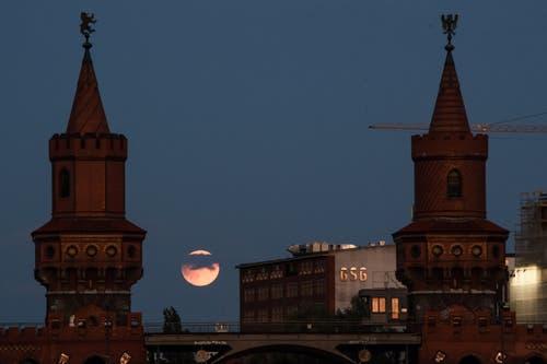 Die partielle Mondfinsternis zwischen den Türmen der Oberbaumbrücke in Berlin. (Bild: CLEMENS BILAN)
