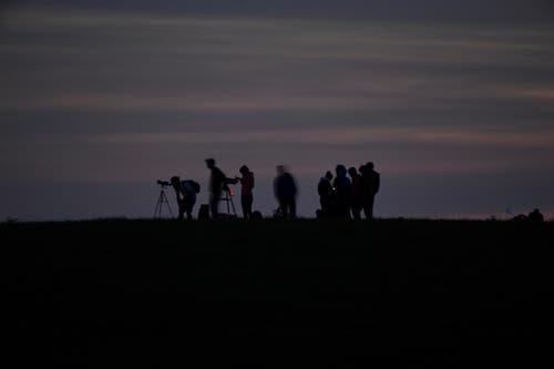 Leserbild. Klaus Stadler war nicht der einzige Fotograf. Einige hatten sich positioniert, um ein gutes Bild vom Vollmond und der partiellen Mondfinsternis zu schiessen.