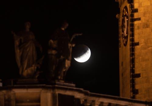 Die partielle Mondfinsternis aufgenommen bei der Heilig-Geist-Kirche in Dresden. (Bild: FILIP SINGER)