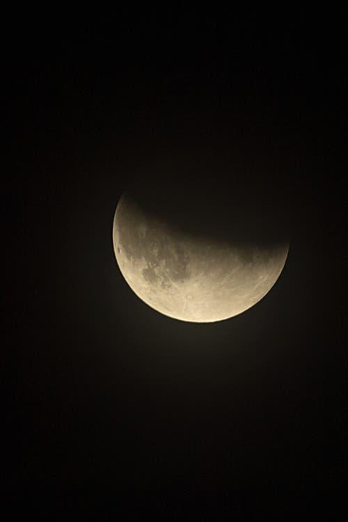 Die partielle Mondfinsternis aufgenommen kurz nach Mitternacht in Basel. (Bild: GEORGIOS KEFALAS)