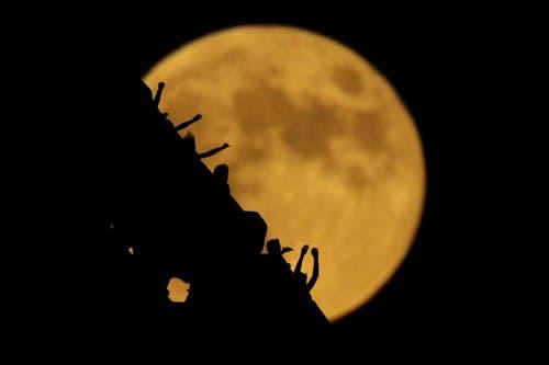 Die partielle Mondfinsternis aufgenommen im Freizeitpark «Worlds of Fun» in Kansas City, USA. (Bild: Charlie Riedel)