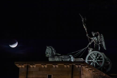 Die partielle Mondfinsternis aufgenommen in Berlin. (Bild: CLEMENS BILAN)