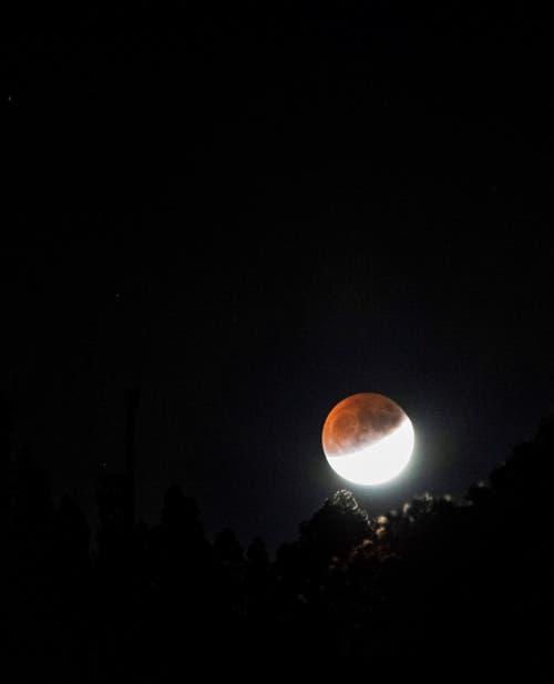 Die partielle Mondfinsternis aufgenommen in La Palma auf den Kanarischen Inseln. (Bild: MIGUEL CALERO)
