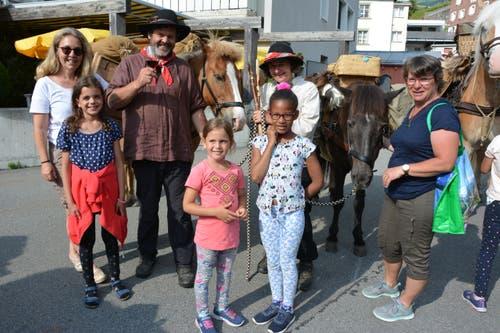 Kinder aus Andermatt bewundern die Pferde. (Bild: Christian Tschümperlin, Andermatt, 17. Juli 2019)