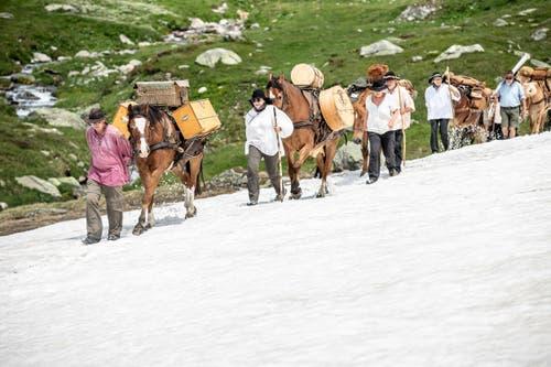 Die rund 20 Säumer machen sich auf eine genussvolle Reise durch die Berge. (Andrea Badrutt, am Oberalppass, 17.7.2019)